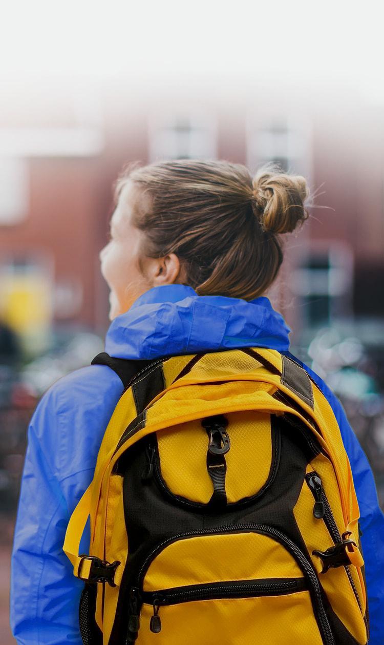 Étudiante portant un sac à dos
